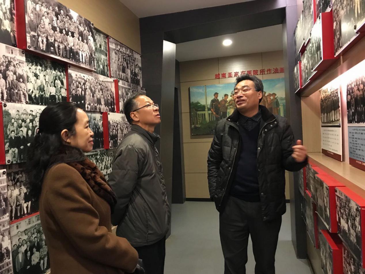 2检查组一行参观院史展览馆.jpg